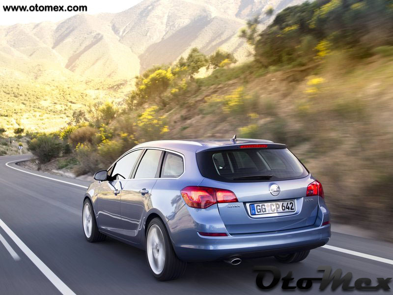 Opel-Astra_Sports_Tourer_2011_arka